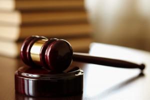 Ustawy i młotek sędziowski