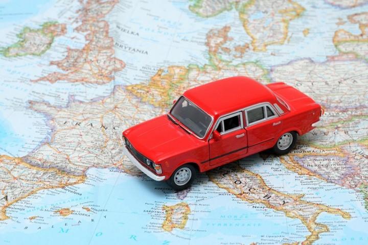 Czerwony samochód na mapie europy