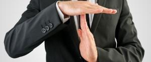 Mężczyzna gestykulujący wstrzymanie - zatrzymanie jakiegoś procesu