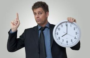 Mężczyzna trzymający zegar