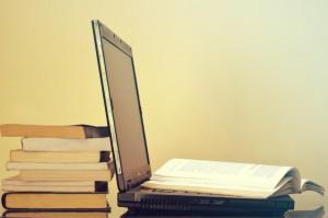 Laptop oparty o książki