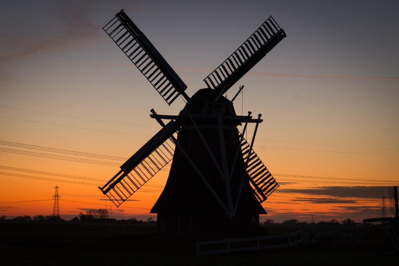 Holenderski wiatrak o zachodzie słońca