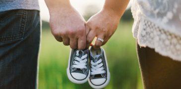 Małżeństwo trzymające buciki od dziecka